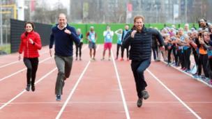 ब्रिटेन के प्रिंस विलियम, डचेज़ ऑफ़ कैंब्रिज और प्रिंस हेनरी रीले रेस में भाग लेते हुए,