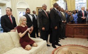 Kellyanne Conway, Beyaz Saray'da Oval Ofis'te rahat oturuyor