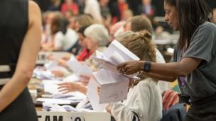 Les votes sont comptés au Magnet Leisure Centre le 8 juin 2017 à Maidenhead, en Angleterre.
