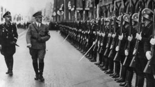 Heinrich Himmler và Adolf Hitler duyệt đội cận vệ SS