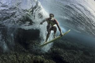 لقطة تحت الماء لراكب الأمواج المحترف دونافون فرانكينريتير