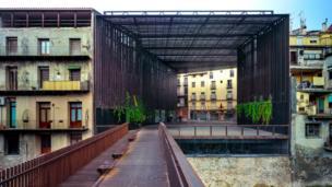 відкритий простір на місці театру Ла Ліра в Ріполлі.