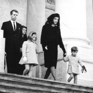 جاكلين كيندي مع طفليها وروبرت كينيدي