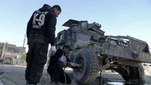 ทหารช่างอิรักซ่อมรถฮัมวี