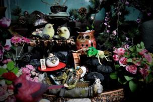 Flores artificiales y objetos.