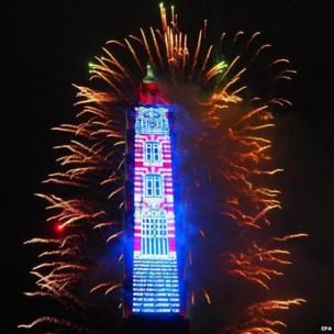 ताइवान की राजधानी ताइपे में नए साल के जश्न का मंज़र.