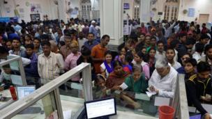 इलाहाबाद के एक बैंक में लगी भीड़