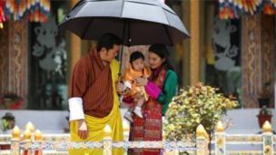 """โฆษกประจำสำนักพระราชวังบอกบีบีซีว่า ชาวภูฏานรู้สึกว่าจะต้องปกป้องเจ้าชายน้อย และต้องการมีส่วนเกี่ยวข้องในชีวิตของพระองค์ """"พวกเราภาคภูมิใจที่ได้เห็นพระองค์ทรงเจริญพระชนมายุขึ้นและเป็นส่วนหนึ่งในช่วงเวลาสำคัญต่าง ๆ ของพระองค์"""""""