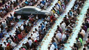 مسلمون يفطرون في ساحة عامة في مدينة دبي بدولة الإمارات العربية
