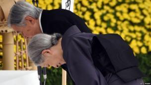 Mfalme Akihito na Malkia Michiko wapiga magoni mbele ya altari makumbusho ya waathiriwa wa vita Tokyo 15 Agosti, 2015.