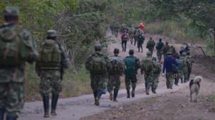 Guerrilleros del Frente 59 de las FARC marchan hacia ZVTN de Pondores, en La Guajira