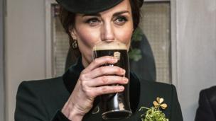 Герцогиня Кембриджська відчула дух свята із пінтою ірландського пива.