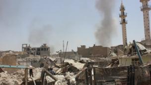 سحب الدخان تعلو بالقرب مآذن الجوامع في المدينة القديمة مع استمرار المعارك الضارية.