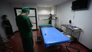 บรรยากาศการเตรียมความพร้อมในห้องผ่าตัด ที่ประกอบไปด้วยศัลยแพทย์และผู้ช่วยอีก 2 คน