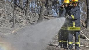 Filistinli itfayeciler yangını söndürmeye çalışıyorlar