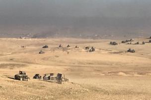 صحراء الموصل وعدد من العربات العسكرية تخترقها