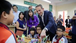 Ông Kristian Jensen thăm Trường tiểu học Ngọc Lâm ở Hà Nội.