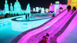 ศิลปินใช้น้ำแข็งและหิมะรังสรรค์สิ่งปลูกสร้างรูปทรงต่าง ๆ