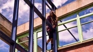 Mujer en un edificio