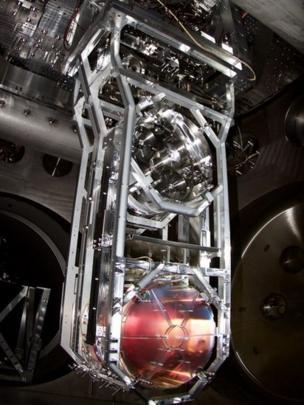 Uno de los espejos suspendidos como péndulos en los que rebotan los láseres, dentro de los túneles de cuatro kilómetros de largo.
