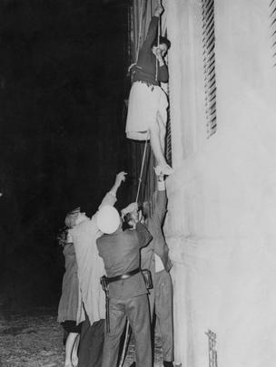 Una mujer intenta escapar hacia Berlín occidental.