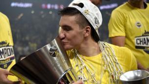 Bogdan Bogdanovic kupayı öpüyor.