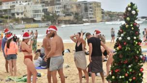 Người dân Úc vui chơi trên bãi biển Bondi trong ngày Giáng sinh tại Sydney hôm 25/12/2017