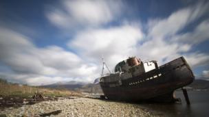 قارب قديم على شاطيء