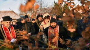 Сербський православний священик освячує два молоді дубки на початку Різдвяних свят біля міста Суботіца нар півночі Сербії.