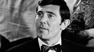 George Lazenby, 2ème James Bond, était un mannequin puis acteur australien, fan de l'univers du film.