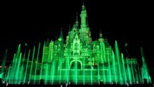 Замок у парку розваг Діснейленд у Шанхаї також змінив колір.