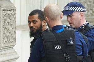 الشرطة وقد ألقت القبض على خالد محمد عمر علي
