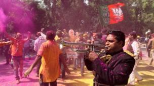 बीजेपी कार्यकर्ता जीत का जश्न मनाते हुए