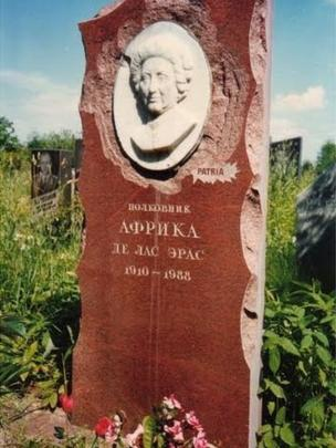 Lápida original colocada en la tumba de África de las Heras en el cementerio Khovanskoye de Moscú.