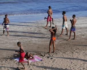 صبية يلعبون على أحد الشواطئ في الرأس الأخضر.