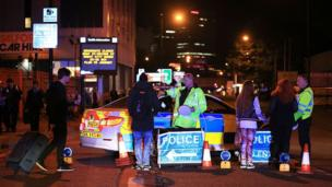 Polis insanları evakuasiya edir