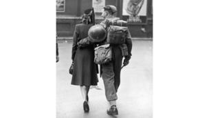 пара идет по Лондону