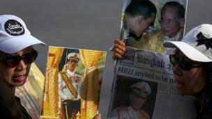 ประชาชนไทยถือพระบรมฉายาลักษณ์ของสมเด็จพระบรมโอรสาธิราช เจ้าฟ้ามหาวชิราลงกรณ สยามมกุฎราชกุมาร