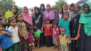 Bu fotoğraftaki kadın ve çocukların hepsi Myanmar'ın Maunglew bölgesine bağlı Kuanchipong köyünden Bangladeş sınırına kaçtılar. Köylerininin Myanmar askerleri tarafından ateşe verildiğini anlattılar.