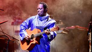 La star internationale de la musique, Lokua Kanza (RDC) en plein concert au Festival de Jazz de Saint-Louis au Sénégal.