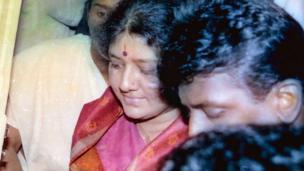 1996ல் ஜெயலலிதா மீதான சொத்து குவிப்பு வழக்கு தொடர்பாக சென்னை சிறப்பு நீதி மன்றத்தில் ஆஜராக சசிகலா வந்த போது எடுக்கப்பட்ட படம்.