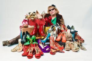 امرأة وسط أحذية كثيرة