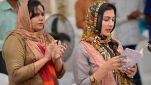 مسيحيات باكستانيات يحضرن قداس عيد الفصح بإحدى كنائس مدينة كراتشي