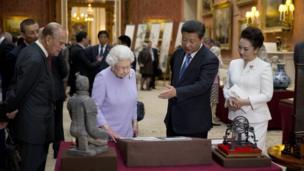 英国女王和爱丁堡公爵菲利普亲王2015年陪同访英的中国领导人习近平夫妇参观一件和中国有关的收藏文物