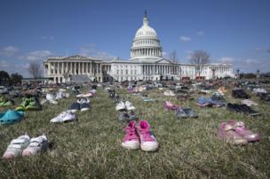 أحذية أمام مقر الكونغرس الأمريكي في واشنطن