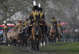 द किंग्ज़ ट्रूप रॉयल हॉर्स आर्टिलरी के घुड़सवार सैनिक ग्रीन पार्क में