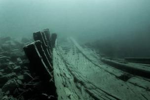 La proa de un barco en el fondo del mar