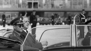 एका आदेशानुसार अदून्यदेत यांनी सरितला सैनिक प्रमुख म्हणून घोषित केलं. याच दरम्यान अदून्यदेत यांनी राजशाहीच्या पुनरुज्जीवनाचं काम केलं. या काळात त्यांनी अनेक दौरे केले आणि अनेक विकासकार्य केले. 1973 साली सैनिकांनी जेव्हा लोकतंत्राचं समर्थन करण्यासाठी सुरु असलेल्या प्रदर्शनावर गोळीबार केला, तेव्हा अदून्यदेत यांनी नाटकीय पद्धतीनं त्यात हस्तक्षेप केला.
