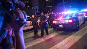 Dallas police officers arrive in numbers to scene of shooting - July 2016
