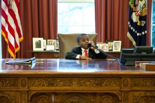 Küçük Başkan Oval Ofis'te telefonla konuşuyor.